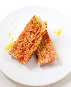 Pa amb tomàquet is the Catalonian answer to your snack craving. My Favorite Food, Favorite Recipes, Tomato Bread, Bread Salad, Good Food, Yummy Food, Daily Meals, Yummy Appetizers, Yummy Treats
