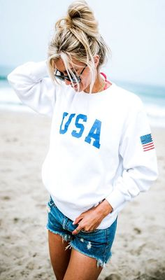 White Printed Top + Ripped Denim Short Classy Summer Outfits, Casual Outfits, Cute Outfits, Beach Outfits, Sexy Outfits, Casual Beach Outfit, Denim Outfits, Casual Shorts, Fashion 2018