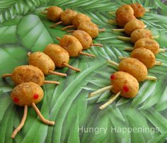 Hungry Happenings: Creepy Corn Dog Centipedes for Halloween or a bug themed party. Fun Party Themes, Dinner Themes, Party Ideas, Preschool Cooking, Cooking With Kids, Creative Pizza, Creative Food, Bug Party Food, Cute Food