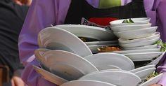 ¿Qué tipo de tareas realiza un ayudante de camareros?. Aunque los camareros son los servidores principales, los ayudantes de camareros mejoran el servicio que se brinda en los restaurantes, y asisten a los camareros cuando están ocupados. Preparan las mesas para los clientes, ayudan a satisfacer las necesidades gastronómicas y son los responsables de la limpieza.
