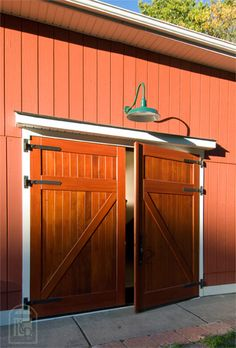 So you intend to get a garage doors as well as be a professional your first time out. We help the procedure of locating the best garage door ideas here! Barn Door Garage, Craftsman Garage Door, Garage Door Colors, Exterior Barn Doors, Carriage Garage Doors, Garage Door Windows, Modern Garage Doors, Garage Floor Paint, Garage Door Design