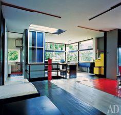 Ге́ррит То́мас Ри́твельд — нидерландский дизайнер мебели и архитектор, участник художественной группы «Стиль». Ритвельд был одним из создателей стиля неопластицизм.