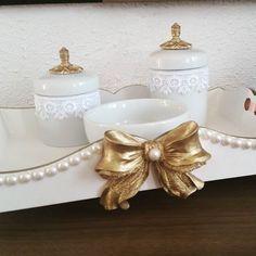 luxo neste kit higiene em porcelana e bandeja em mdf decorada. Detalhes  em…