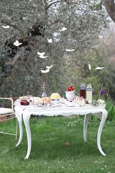 Mother's Day brunch with your mom and/or the kids is a lovely way to celebrate the occasion and get outdoors. The paper butterflies hung up in the surrounding trees are my favorite part of this Mother's day inspired brunch! #PPBmothersday