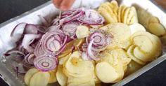 Fyld formen med kartofler og løg – 30 minutter senere kan du servere din nye livret til efteråret Greek Recipes, Vegan Recipes, Cooking Recipes, Potatoes Dauphinoise, Sour Foods, Dinner Side Dishes, Fall Dishes, Tasty Videos, Happy Foods