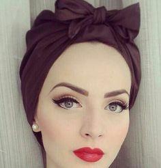 Coiffure vintage accessoirisée d'un foulard