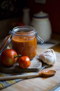 Un de mes plaisirs lorsque que je redescends dans le sud chez mes parents, c'est de profiter de la cuisine. Mes parents sont ravis et moi aussi 🙂 mais cette fois-ci c'est ma petite maman qui a cuisiné. Les tomates du potager s'abîment vite alors il faut trouver des idées de recettes. Elle s'est donc …