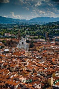 Tejados rojos y la Basílica di Santa Croce, una vista desde la parte superior de la Catedral de Florencia, Italia