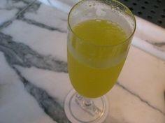 Festa della Donna, festeggia con le amiche con il cocktail mimosa