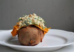 The Hungry Gosling - Bakad sötpotatis med gräslöks- och kikärtsröra