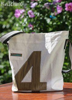 Ich wollte mir schon immer mal eine Tasche aus Segeltuch nähen.   Als wir im Mai in Laboe waren, habe ich ein großes Stück Segeltuch gesche...