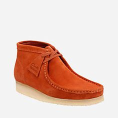 It's the casual boot version of the world's first comfort shoe. The Wallabee boot from the Clarks Originals® Collection features a moccasin construction and structural silhouette. Featuring clean and simple lines, this comfortable lace-up style is teamed with a signature crepe outsole to cushion each step. Wear this timeless men's boot and add instant style to any outfit.
