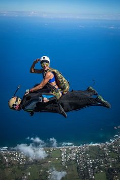 Cool pics from around the world. Cool pics at Radass. Check out Radass for amazing photos and more. Parkour, Wingsuit Flying, Wow Photo, Fear Of Flying, Base Jumping, Cycling Art, Cycling Quotes, Cycling Jerseys, Paragliding