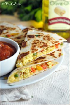 This Mexican Breakfast Quesadillas recipe is perfect by giving the tortillas that extra crispness and flavor! Mexican Breakfast Recipes, What's For Breakfast, Brunch Recipes, Mexican Food Recipes, Mexican Brunch, Vegetarian Breakfast, Breakfast Quesadilla, Quesadilla Recipes, Breakfast Enchiladas