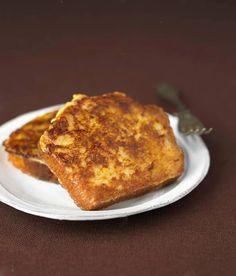 Foto: Rabanada - doce de Natal  Rabanada é um doce de pão de trigo (pão-de-forma baguete ou outro) em fatias que, depois de molhadas em leite, vinho (no Minho usa-se vinho verde tinto ou branco) ou calda de açúcar, são passadas por ovos e fritas.  As rabanadas fazem parte de muitas mesas da consoada em Portugal, e em várias ceias do Brasil. Servem-se polvilhadas com açúcar de canela ou regadas com calda de açúcar, xarope de bordo ou mel.  A associação das rabanadas à quaresma deve-se talvez…