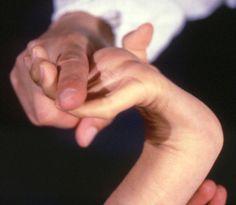 Гипермобильные суставы на примере пальцев и запястья. Эдакое переразгибание, пусть и безболезненное, чревато растяжениями, вывихами и подвывихами по неосторожности.