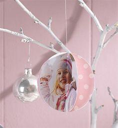 Bist du auf der Suche nach originellem Schmuck für deinen Weihnachtsbaum? Gestalte aus deinen Fotos eine einzigartige Dekoration in Weihnachtskugel-Optik. ♥ Hier geht es zur Anleitung! ♥ #weihnachten #diy #baumschmuck
