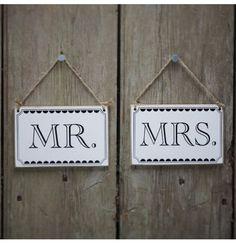 Déco mariage : signe en bois vintage à accrocher sur le dos de la chaise des mariés