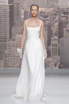 Diseño tipo jersey y de líneas minimalistas de la colección novias de Rosa Clara