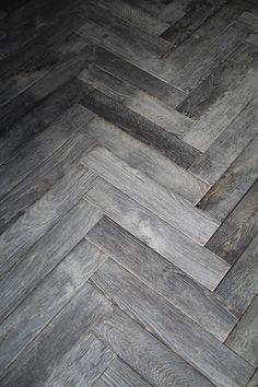 Hoe mooi een eerlijke vloerplank ook is, sommige interieurs vragen iets meer dan kaarsrechte lijnen. Origineel Chapel Parket biedt u de keus uit visgraat houten vloeren patronen, van extra smal en kort tot extra breed en lang.