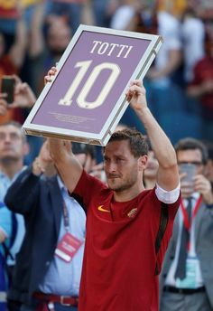 Totti's makes emotional Roma farewell but is only named on the bench As Roma, Football Is Life, Football Soccer, Totti Roma, Legends Football, Milan, Sports Picks, Idole, Sports Figures