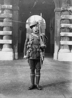 WW1 soldiers were encumbered with a variety of kit, the total weight of which often exceeded 20 kilos. Here, a Sergeant of the Australian Infantry poses for the photographer in full marching order. He carries plenty of bandoliers for his Lee-Enfield rifle. His helmet is slung over his left shoulder. His backpack contains dry rations for at least 3 days.
