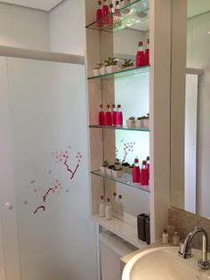 Fui Morar Numa Casinha... O banheiro bem pequeno ganhou prateleiras em cima do vaso. O fundo em espelho ajuda a ampliar o ambiente!