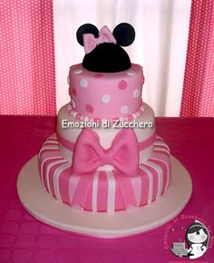 Minnie Maus Torte mit Minnie Maus Macarons on top Biskuitwerkstatt