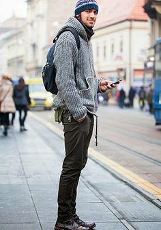 ニットパーカーとブラウンパンツ×ニット帽の着こなし(メンズ) | Italy Web