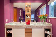 Vejam o banheiro com parede cor uva!! A dica é do blog Arquifarofa -> http://www.blogsdecor.com/arquifarofa/banheiro-com-parede-na-cor-uva/ #banheiros #bathroom #decor #decoracion #decoração