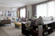 Este espaçoso apartamento de 250m2 teve seu projeto de design de interiores elaborado desde a construção do edifício. Vejas as fotos desse belo trabalho.