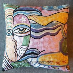Pynteputa - Dame i vinden - Rosa.  Motivet er tøft og stilig og har et spennende og moderne uttrykk som vil gi et ekstra løft til interiøret. Fargene i denne puta er rosa, bronse, sort hvit, blå, lyseblå, sølvblå, lilla, grønn og gylden.   Fra nettbutikken www.pynteputa.no #pyntepute #pynteputer #pynteputa #farger