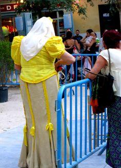 """""""Tribus urbanas"""", Madrid:  Mujer vestida de """"chulapa"""" (seguidora incondicional de la Zarzuela, género musical de moda a principios del siglo XX)."""