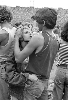 Hugging couple in Rolling Stones concert, 1978 -by Joseph Szabo Couples Vintage, Vintage Love, Cute Couples, Vintage Couple Pictures, Vintage Romance, Retro Vintage, Poses, Fotojournalismus, Rolling Stones Concert