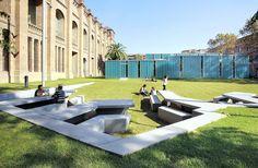 Construido por F451·Arquitectura en Malgrat de Mar, Spain La discontinuidad de la topografía se resuelve con un elemento continuo que hace de escalón, de muro de contención, d...