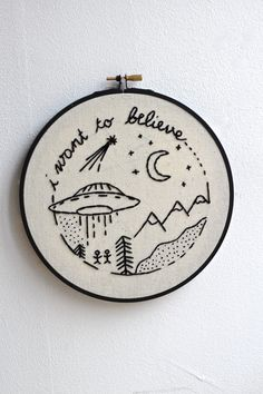 ♢ Description Embroidery Hoop  I want to believe design Handmade  Black and beige  Diameter : 7.2 inch // 18,5 cm  _________________________________________________________________________  ♢ More from ☾ Twomoons & Hannais ☽ www.etsy.com/...  ♢ Policies www.etsy.com/...