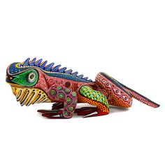 Manuel Cruz is a well known wood carving artist son of famous Agustin Cruz Tinoco. This time he created a beautiful iguana with a forceful gaze and body language.