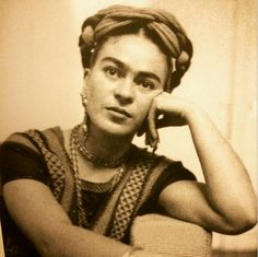 Frida Kahlo. Magdalena Carmen Frida Kahlo Calderón, más conocida como Frida Kahlo, fue una pintora y poetisa mexicana de ascendencia judeohúngara, española e indígena.