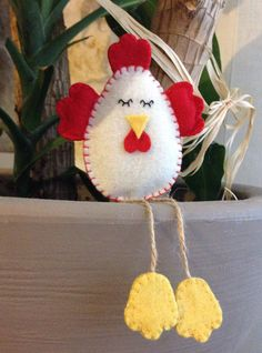 fieltro manualidades Handmade hen / chicken in creamy white felt, with red stitching, wings and crest and yellow paws or in beige and white polka dot felt, with yellow crest, wing Easter Crafts, Felt Crafts, Easter Decor, Felt Christmas Ornaments, Christmas Crafts, Hobbies And Crafts, Crafts For Kids, Chicken Crafts, Hen Chicken