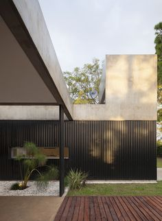 Gallery of House in el Pinar / Nicolas Bechis - 1 Architecture Résidentielle, Tropical Architecture, Contemporary Architecture, Modern Exterior, Interior And Exterior, Facade Design, House Design, Architect House, Facade House