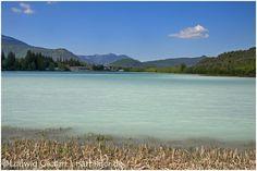 Blick auf den Isarstausee in Krün. Der Stausee besteht eigentlich aus 3 Teilseen, die unterschiedlich mit dem Wasser aus der Isar befüllt werden können. Im Bild der größte der 3 Seen. Durch die Schneeschmelze im Karwendel enthält sein Wasser feine Sedimente, die das Wasser milching-trüb werden lassen. Aufgenommen im Mai 2012