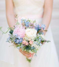 Ramo de novia: colores pastel con flores silvestres