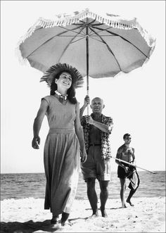 Robert Capa. Pablo Picasso et Francoise Gilot  (en arriere-plan, le neveu de Picasso Javier Vicaro), Golfe-Juan), 1948