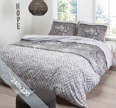 Het dekbedovertrek 'Quality & Comfort' van Aneeza is voorzien van een simplistisch ontwerp. De achtergrond is opgebouwd uit verschillende patronen. Onderaan het dekbedovertrek is gekozen voor een visgraatmotief. Deze lijkt wel te zijn gebreid. Bovenaan het dekbedovertrek is gekozen voor een houtmotief.
