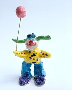 The children use clay to make colorful circus clowns. For ages 3 to 6. Plan 2 sessions.
