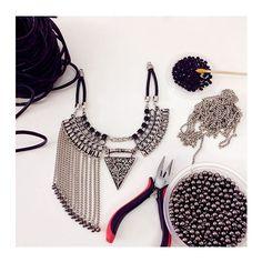 de hoje! produção simplesmente maravilhosa. 🌸 🔨  www.milacoelho.com.br  #produçãododia #produção #fashionjewelry #trend #moda #bijoux #floripa #milacoelho #acessórios