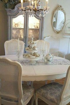 15 French country dining room decor ideas a French country style is a nice mix of vintage, shabby chic and rustic styles and the good news is that you can do it yourself … Shabby Chic Dining Room, French Country Dining Room, Dining Room Table Decor, French Country Bedrooms, French Country Cottage, French Country Style, Dining Room Design, Shabby Chic Furniture, Dining Room Furniture