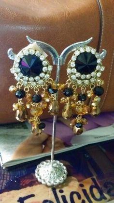 Dorado y negro  #aretes #dorado  #earring #hechoamanos ##negro  #cristal  #modafemenina #fashion #beadsbyflor