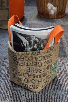 Panière LILOKAWA en toile de jute de sacs de café recyclés (exterieur) et solide bâche plastique recyclée (interieur). Impressions d'origine des sacs. Made in Nantes