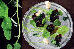 braised tails with parsley sauce. 'Persillesauce'   1 stort bdt. persille   3 spsk. dijonsennep   1 dl koldt vand   2 dl vindruekerneolie    Pluk, vask og afdryp persillen (brug stilkene til braiseringen af kødet). Blend den i 3 minutter med de øvrige ingredienser. Sigt saucen igennem en fin sigte før servering. h-tip lecher fisher